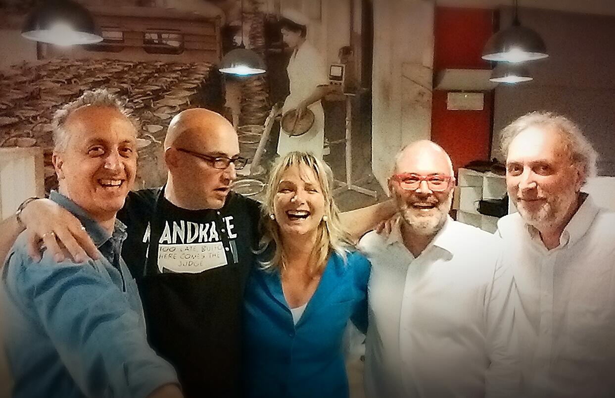 Francesca Zaccariotti in posa per un selfie con alcuni dei membri di RESET